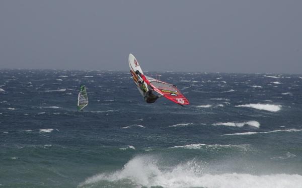 Sprung beim Windsurfen auf Gran Canaria